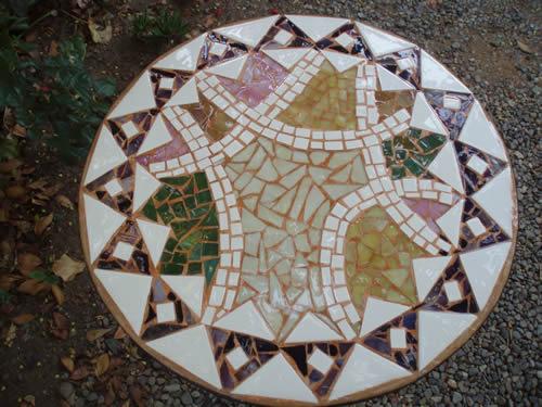 Una mesa con mosaico reformas - Mesas con azulejos ...