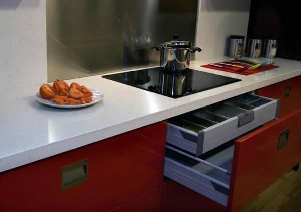 Muebles de cocina en blanco y rojo ideas for Cocinas castellon precios