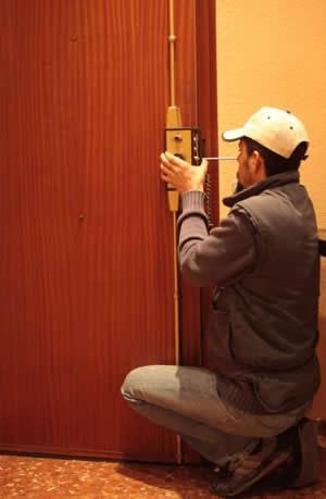 Arreglar puerta cerrajeros hermanos rey - Como arreglar puertas de madera ...