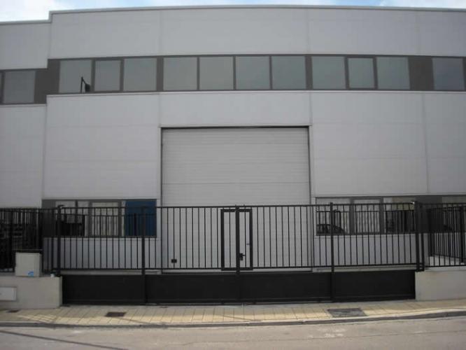 Puertas de garaje y vallas sirio pascual carpinter a for Puerta garaje metalica