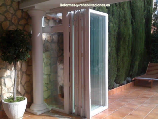 Puertas plegables de aluminio cerramientos de terrazas - Cerramientos plegables de vidrio ...