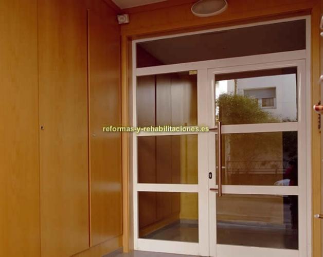Puertas de aluminio para edificios carpinter a de for Puertas de calle de pvc